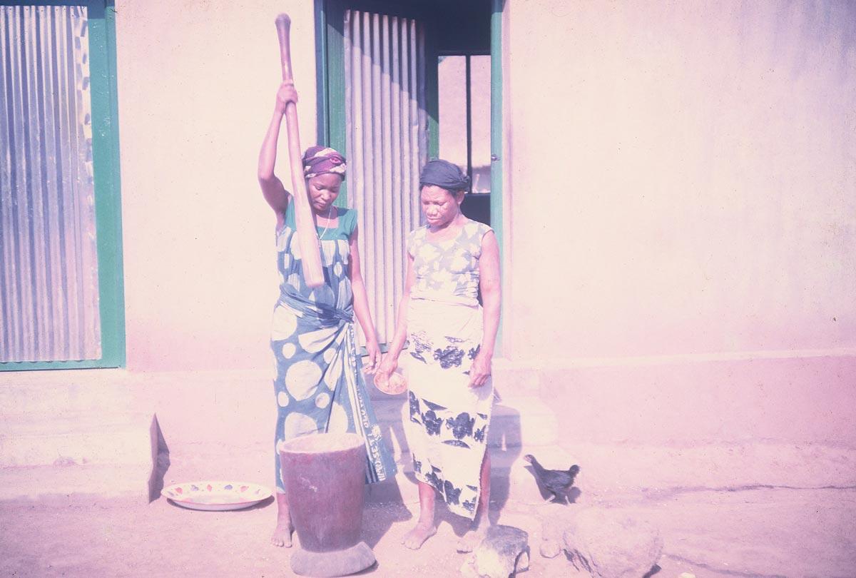 women-pounding-yams
